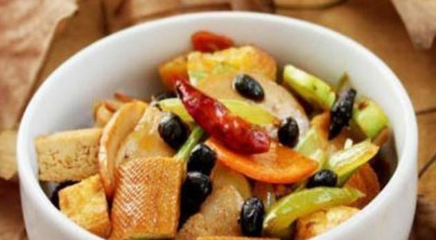 美食精选:豆豉八宝菜、黑椒香菇、蛋煎豆腐、酱焖牛柳