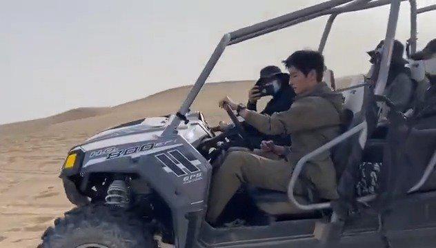 在敦煌沙漠拍摄路透曝光,开越野车单手打方向盘……