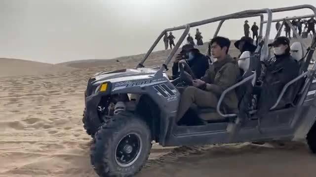 在敦煌沙漠拍摄《你是我的荣耀》的花絮……