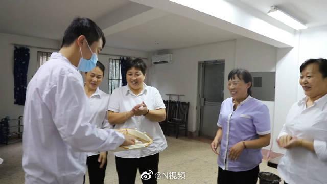 江苏高校学生自制月饼送宿管阿姨:感谢她们像妈妈般守护自己