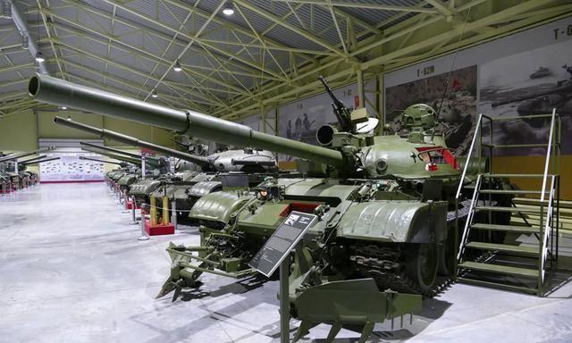 细品:珍贵的T-62M坦克解剖模型 当灯具打开瞬间呈现独特的场景