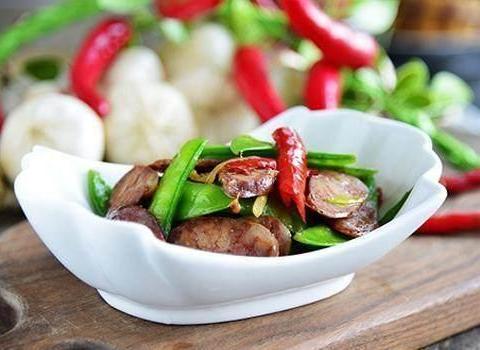 凉拌苦菊花生米、孜然烧烤土豆、腊肠炒荷兰豆、辣孜然羊肉