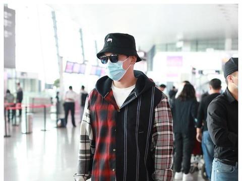 郑恺现身机场,穿厚实拼接外套很保暖,婚后越来越有男人味了