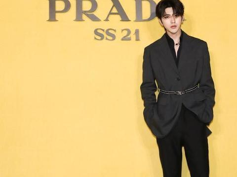 蔡徐坤天生的时尚感,穿西装绑一根腰带,这身材比例不输模特