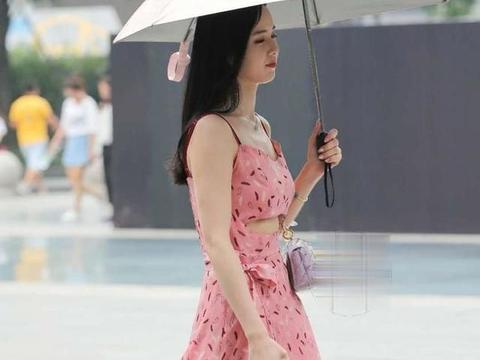 淡红色连衣裙搭配低跟凉鞋,青春可爱,美丽动人