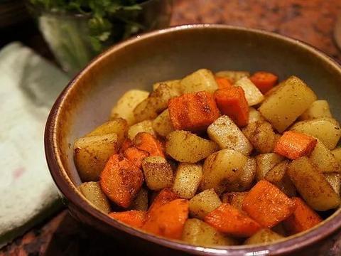 美食:粉蒸胡萝卜丝、桔拌黑豆苗、孜然土豆丁、素炒豆芽