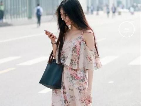 美女穿印花套装搭配高跟凉鞋,气质优雅浪漫