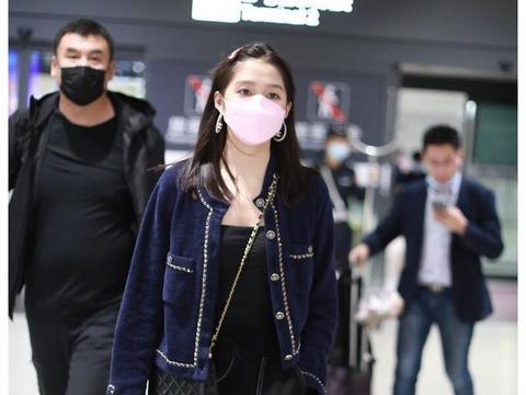 关晓彤深夜现身机场,一袭香奈儿精致穿搭,大大耳环彰显个性魅力