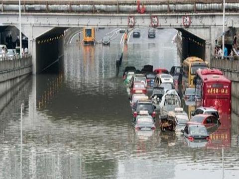 下雨天碰到路面积水该怎么通过,记住这几点保证不会吃亏