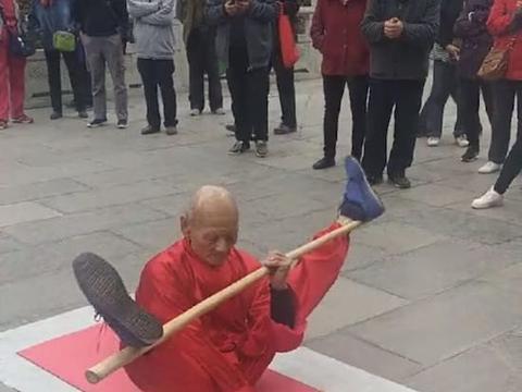 93岁大爷坚持路边表演绝技,背后的让众人流泪
