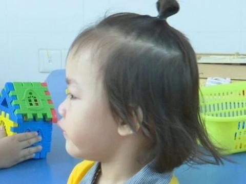 幼儿园开学小朋友大哭,场面混乱似战场,这个女孩吃饭场景成亮点