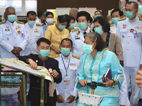 泰国诗琳通公主穿丝绸裙亮相!贵妃复宠后她瘦好多,为国王操碎心