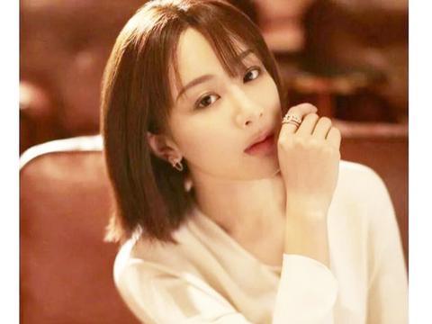 杨紫参加完百花奖后,白色工装连体裤出镜,干净利落!
