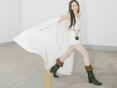 又被香奈儿支配了!秋冬时尚单品是紧身裤袜+七里靴,她们都穿了
