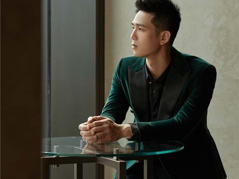 利晴天亮相品牌庆典 绿丝绒西装造型演绎绅士格调