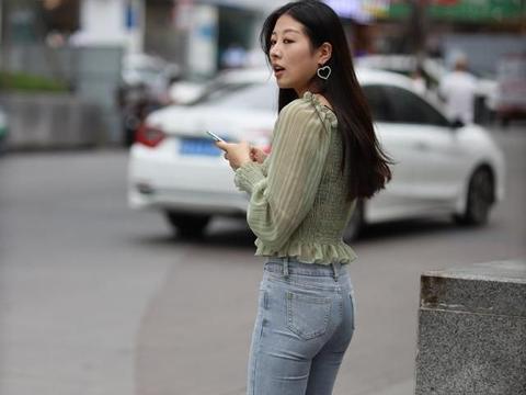 秋天休闲穿搭离不开牛仔裤,怎样搭都好看,简约利落显身材!