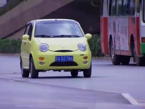 美女撞上宝马,谁料车主一下车,直接换上法拉利开走