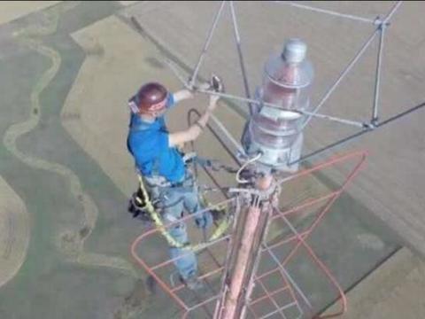 在460米高的信号塔上换灯泡,换一次14万,你敢尝试吗?