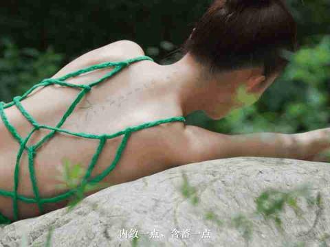 李沁写真造型曝光 穿绿色长裙躺在岩石上 清新又美丽 似画中美人