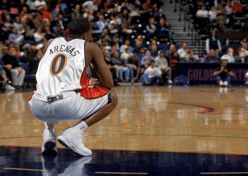 NBA球员怎样炫富?阿里纳斯将美金当厕纸,乔丹开不重色法拉利