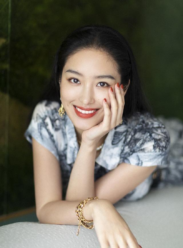 杨采钰印花裙气质典雅女神级人物,穿印花裙真潮流,美