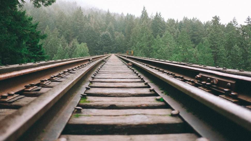 为什么高铁轨道很干净,火车轨道上却要铺满了碎石头,有什么用?