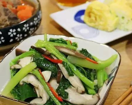 大厨菜谱小揭秘:绿咖喱花菜,芥兰烩香菇,花雕鸡锅