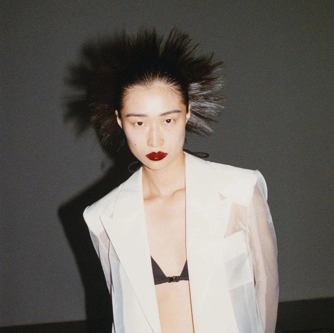 疫情下的巴黎时装周,他选择用黑白艺术传递力量
