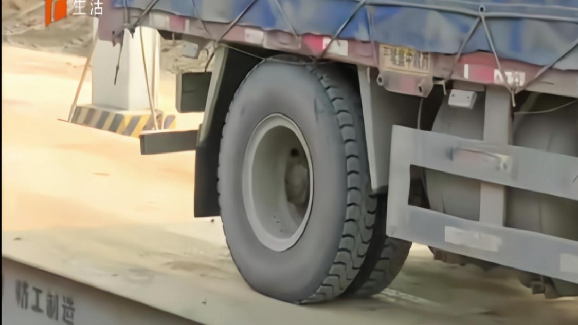 后轮都被压变形了!石家庄一货车超载68%,减了分又扣了本儿