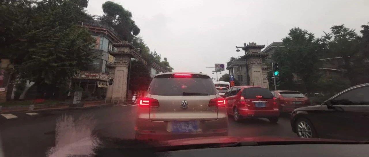 成都武侯祠大街、大石西路今天调整为单向通行,早高峰是这样的……