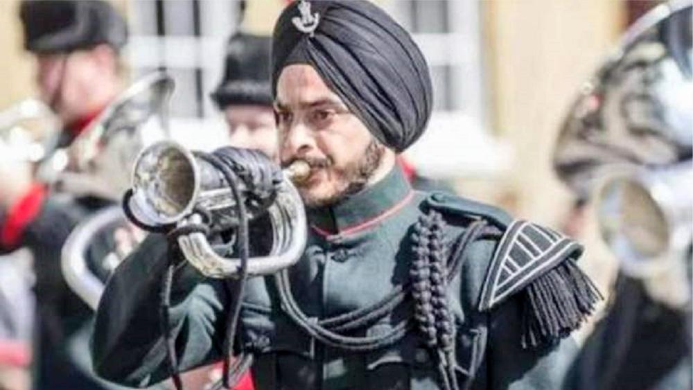 士兵上战场裹头巾不怕被爆头?为什么不换上更安全的头盔呢?
