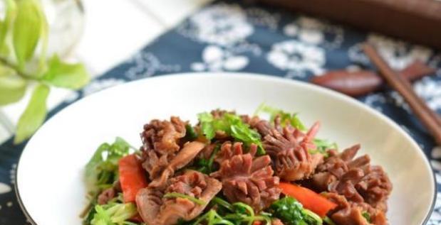 美食精选:蚕豆玉米笋、凉拌小白菜、黄瓜花生米、香炒鸡杂