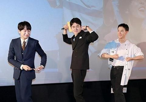 一点就到家首映会刘昊然变成鞠躬AI,一被夸就自动鞠躬太可爱了