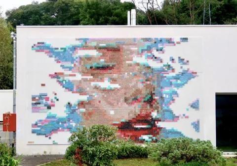 艺术家揭秘如何在墙面上刺绣,原来这么简单,你猜到了吗?