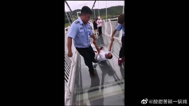 这俩两名安保人员在巡逻时候发现这男的恐高……