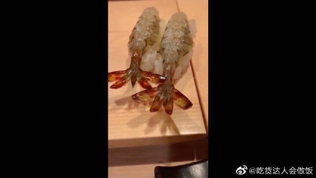 男友带我来吃虾,竟然有点心疼它,虾还会动能抢救下吗?