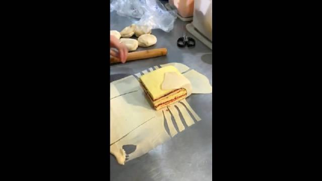 """我还以为是做包子,没想到面包还要""""拉皮"""",这样做太残忍了!"""