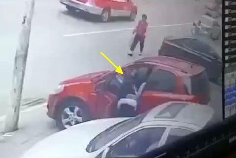 女子停车在路边,监控拍下女子疼痛的瞬间,路人看得头皮发麻!