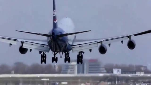 飞机降落遭遇风切变,机长是如何摆正机身的?