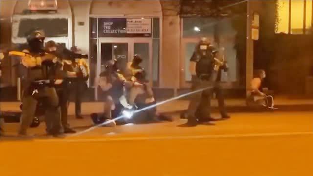 美国警察殴打抗议者视频曝光:抡起防暴盾牌就砸