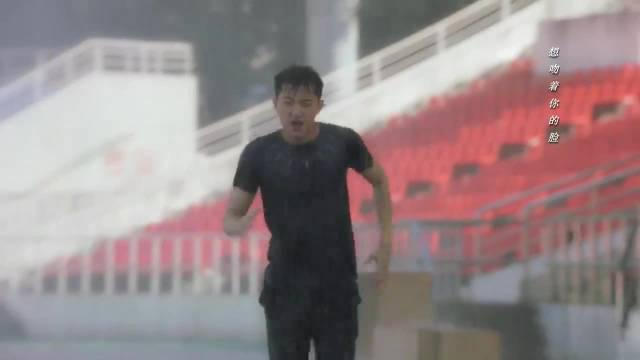少爷疯狂训练,灰姑娘雨中应援,少爷感动了