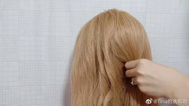 50岁左右女性头发长披着没精神,学习这款盘发,时尚气质又显年轻