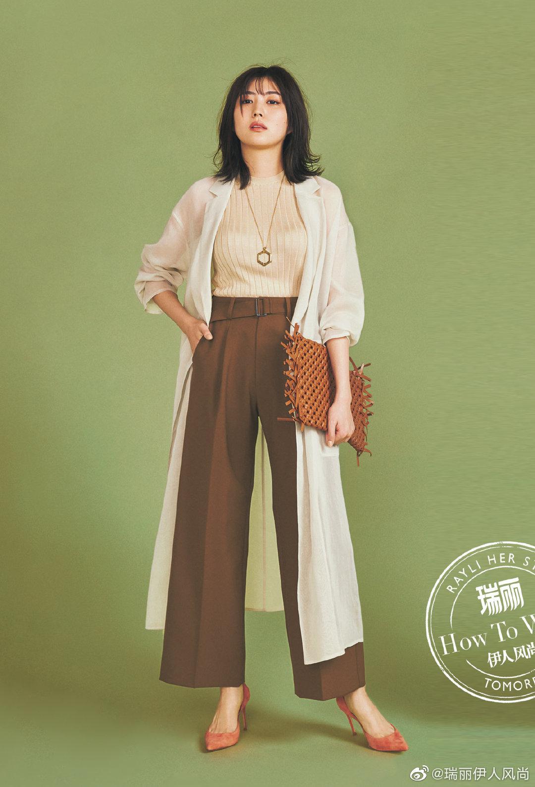 棕色阔腿长裤时髦高级,搭配同色系无袖针织衫和长款开衫外套……
