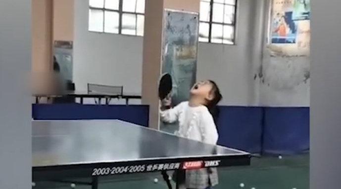 """3岁""""翻版福原爱""""边哭边打乒乓球……"""