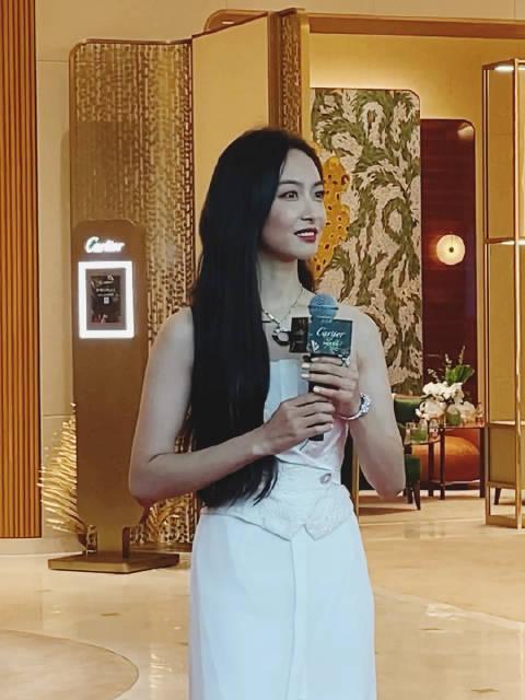 亮相@卡地亚 三亚国际免税城开幕酒会,白裙配红唇的茜妞……