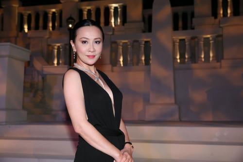 55岁刘嘉玲晒和亲侄子合影,血缘关系太神奇,两人神似像亲母子
