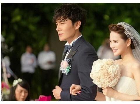 庾澄庆18岁儿子近照,穿粉色纱裙配红色眼影,趋向女性化