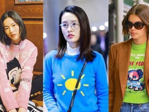 刘敏涛也太潮了,童趣毛衣配牛仔裤温柔减龄,中年气质仍似小姑娘