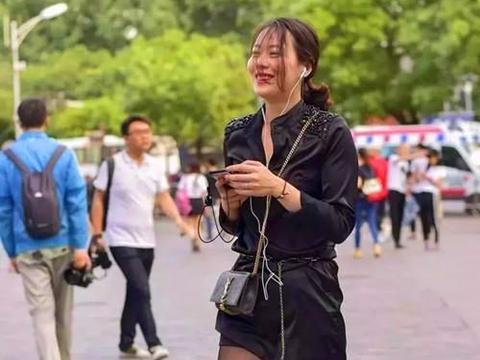 黑色丝袜是时尚神器,完美展现美女的身材气质,走在潮流的最前沿