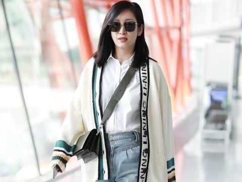 秦海璐在赶时髦,穿针织开衫配白衬衫时髦减龄,这造型确实很洋气